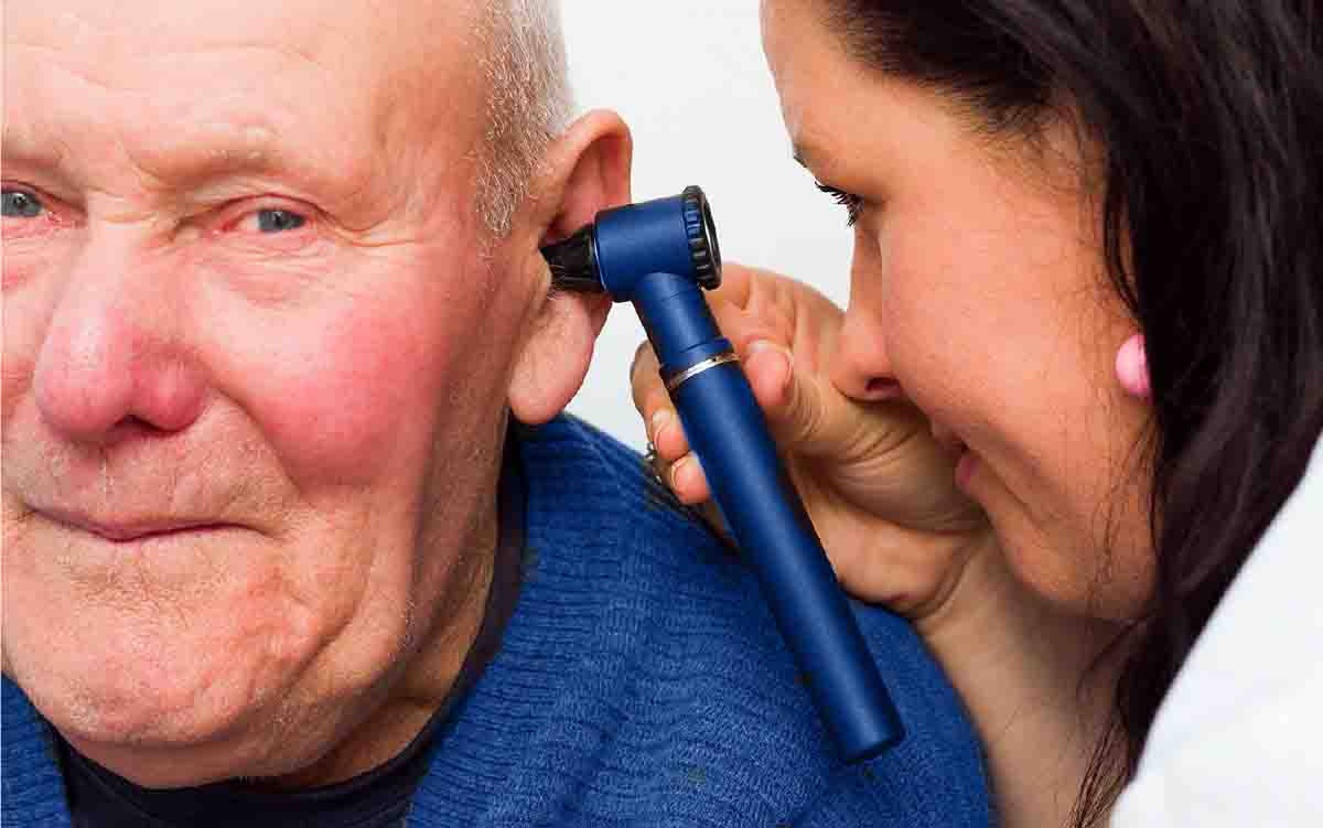 audiologist-with-senior